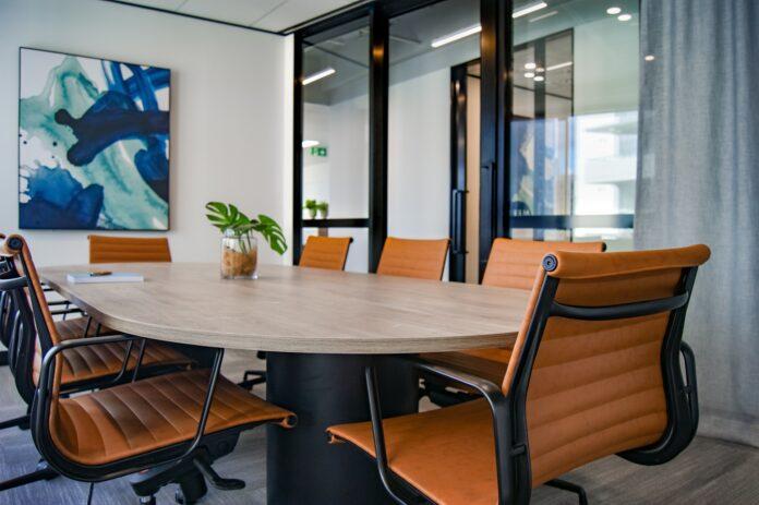 Jak zorganizować salę konferencyjną z wykorzystaniem stołów?